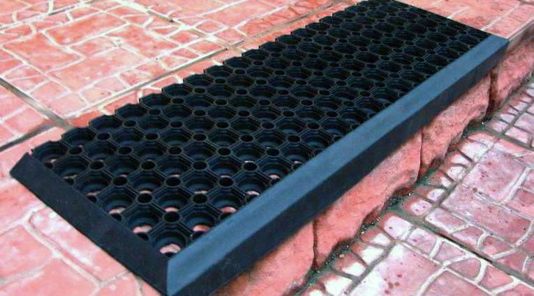 Резиновый коврик, проступь на ступени.