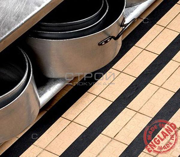 Черная виниловая противоскользящая лента Aqua Safe в кухонном тамбуре