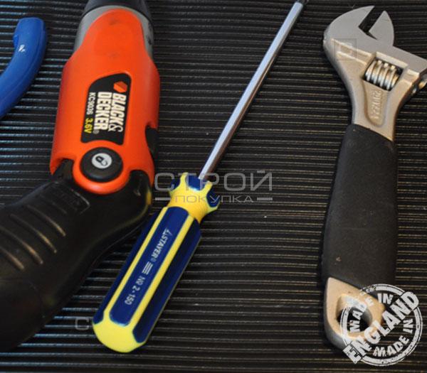 Инструменты на широкой ленте резиновой противоскользящей самоклеющейся.