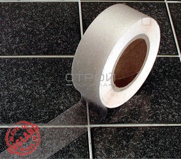 Прозрачная виниловая противоскользящая лента Aqua Safe на керамической плитке. Ширина 5 см