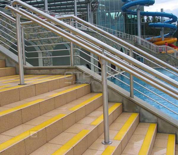 Желтая противоскользящая лента на лестнице