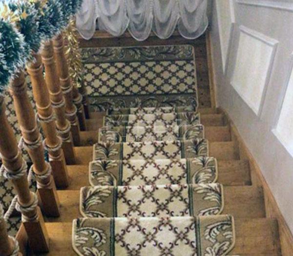 Противоскользящие коврики Милан на лестнице  загородного дома.