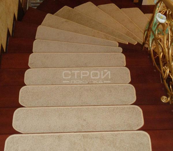 Поворот лестницы с ковролиновыми ступенями Сливки.