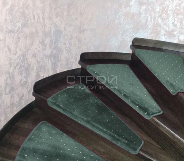 Фигурные зеленые накладки Барс на ступеньки деревянной лестницы.