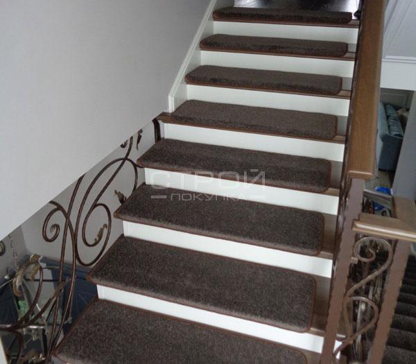 Ковровые накладки Шоколад на ступенях лестницы.