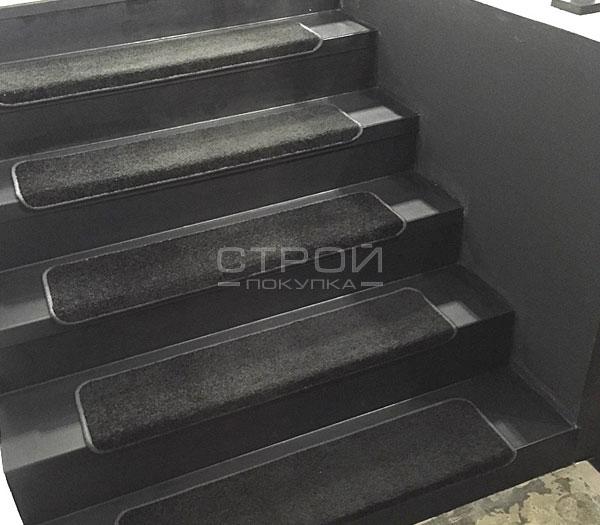 Ковролин Дракон на пролете лестницы.