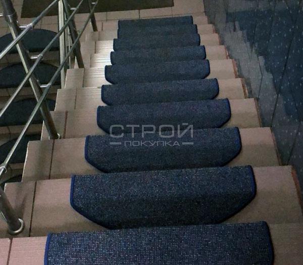 Лестничный коврик на ступенях загородного дома с ласковым названием Одесса.