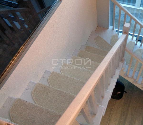 Ковровые накладки Сахара-белый на деревянных ступенях лестницы.
