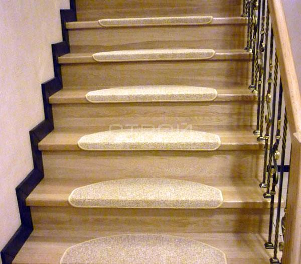 Ковролин Сливки на ступенях  котеджной лестницы.