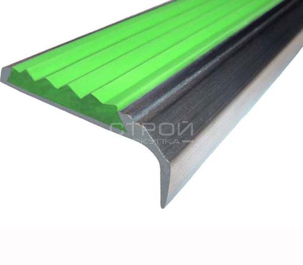 Противоскользящий угол порог Next АНУ42 с зеленой резиновой вставкой и размерами 42мм*7мм*23мм.