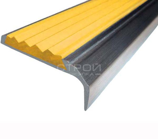 Противоскользящий угол порог Next АНУ42 с желтой резиновой вставкой и размерами 42мм*7мм*23мм.