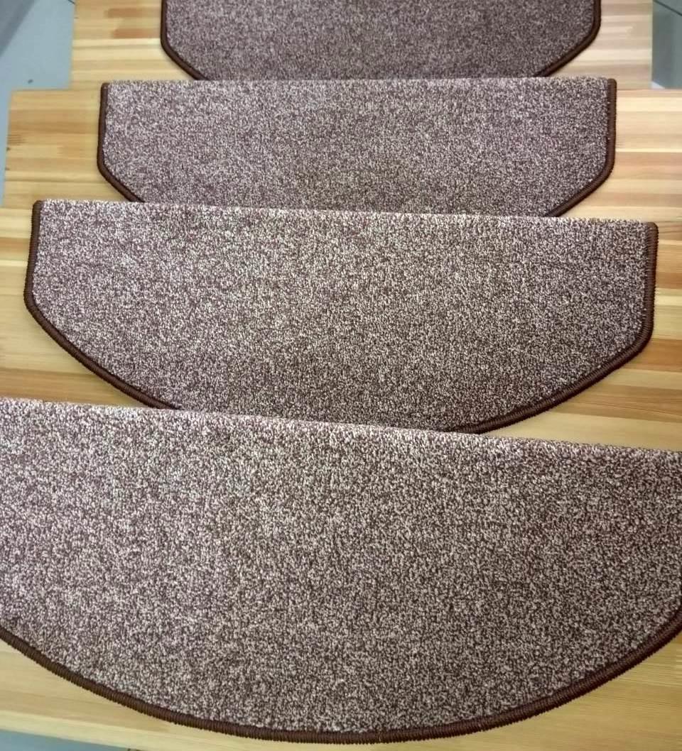 Коврики на лестничные ступеньки Пальмира с коричневым оверлоком.