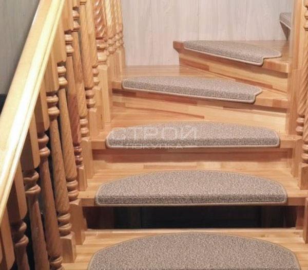 Коврики Ялта капучино на деревянной лестнице.