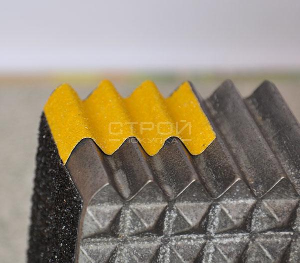 Пример наклеивания желтой алюминиевой клейкой ленты 50 мм на неровную поверхность