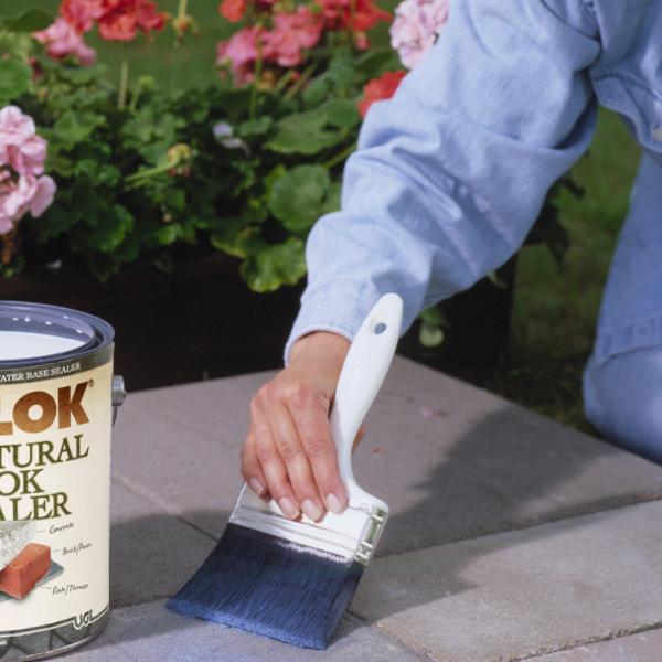 Нанесение кистью акриловой защитно-декоративной пропитки с добавлением силикона.