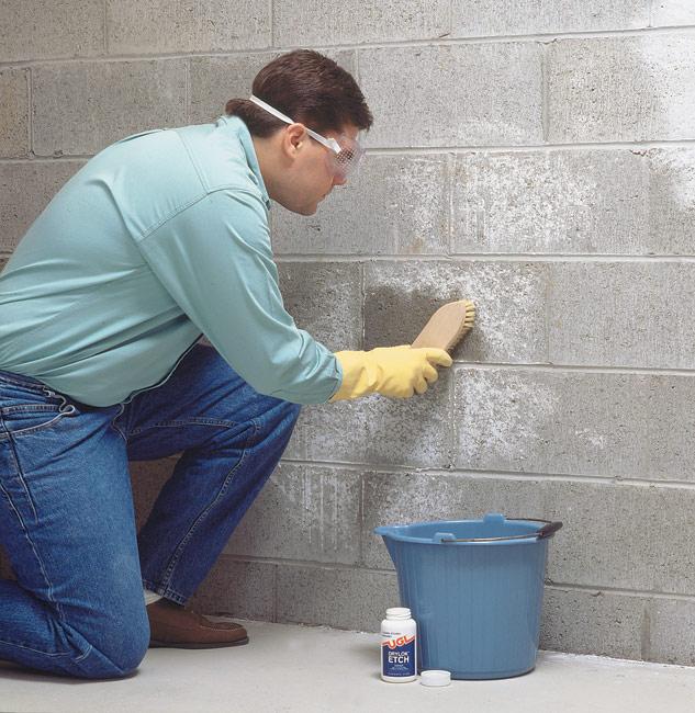 Использование очистителя бетона и камня Etch для удаления остатков бетона со стены.