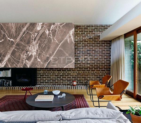 Интерьер комнаты отделанный гибким камнем под мрамор Авантюрин.