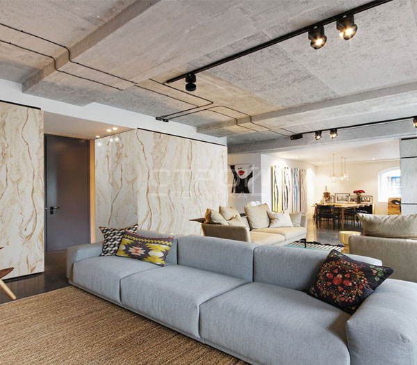 Гибкий афинский мрамор в отделке стен зала.