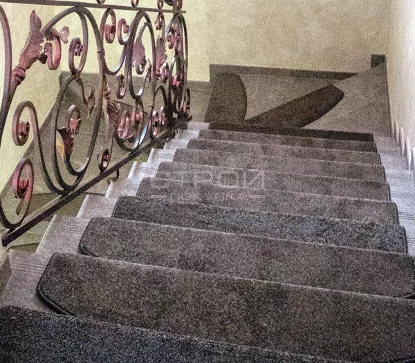 Коврики на лестничные ступеньки Пальмира в интерьере загородного дома.
