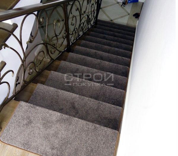 Коврики на лестничные ступеньки Пальмира с нестандартной накладкой.