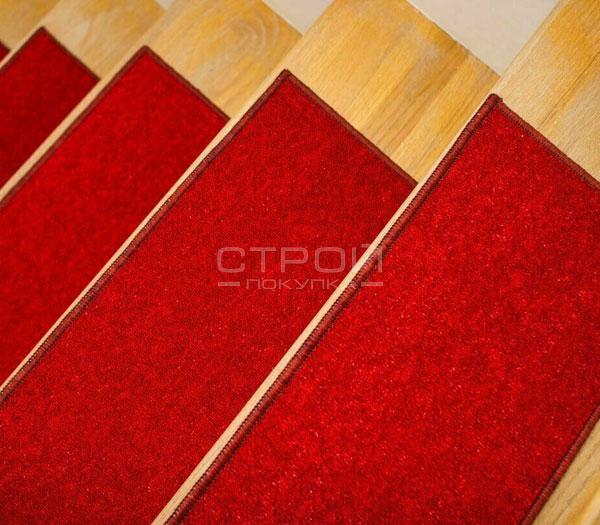 Ковровые ступеньки на лестницу    алого цвета.