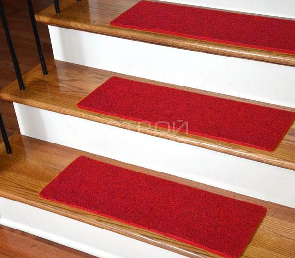 Ковровые ступеньки на лестницу  пурпурного цвета.