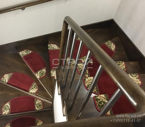 Коврики на ступени деревянной лестницы — Венеция, красного, бежевого и зеленого цвета.