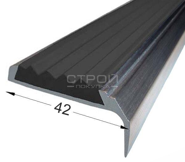 Противоскользящий угол порог Next АНУ42 с черной резиновой вставкой и размерами 42мм*7мм*23мм.