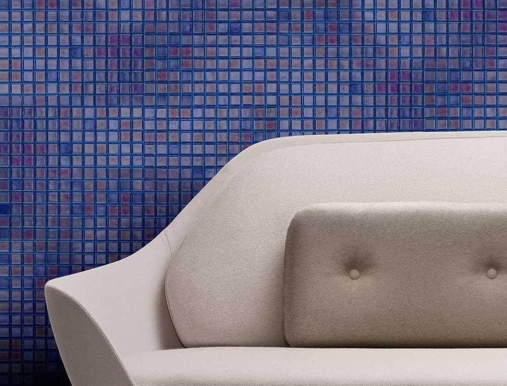 Глянцевая мозаика Azurita Metal синяя от завода Ezarri красиво смотрится в любом интерьере.