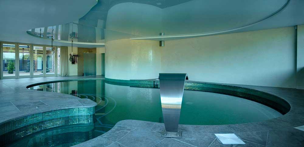 Глянцевая мозаика Esmeralda Metal зеленого цвета производства Ezarri для облицовки бассейновой чаши.