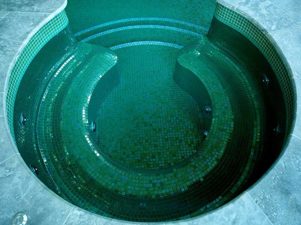 Глянцевая мозаика Esmeralda Metal зеленого цвета производства Ezarri в бассейновой чаше.