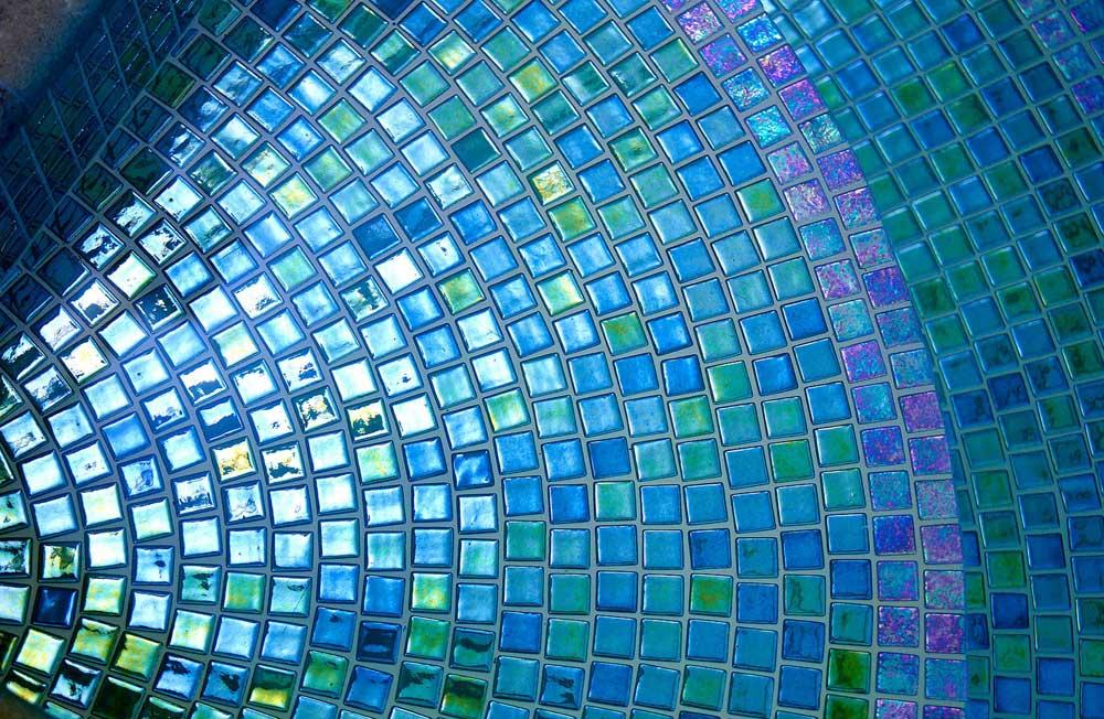 Фото бассейна отделанного мозаикой Esmeralda Metal зеленого цвета производства Ezarri.