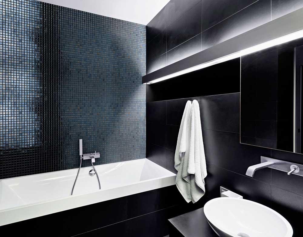 Интерьер сауны с глянцевой мозаикой Lava Metal черного цвета производства Ezarri.