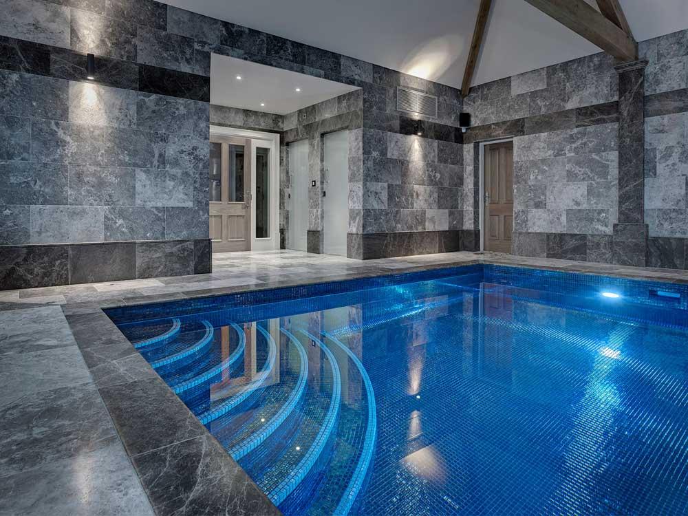 Глянцевая мозаика Lava Metal черного цвета производства Ezarri для бассейна.