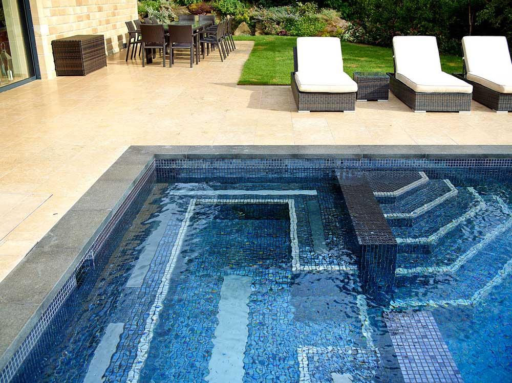 Глянцевая мозаика Lava Metal черного цвета производства Ezarri для уличного бассейна.