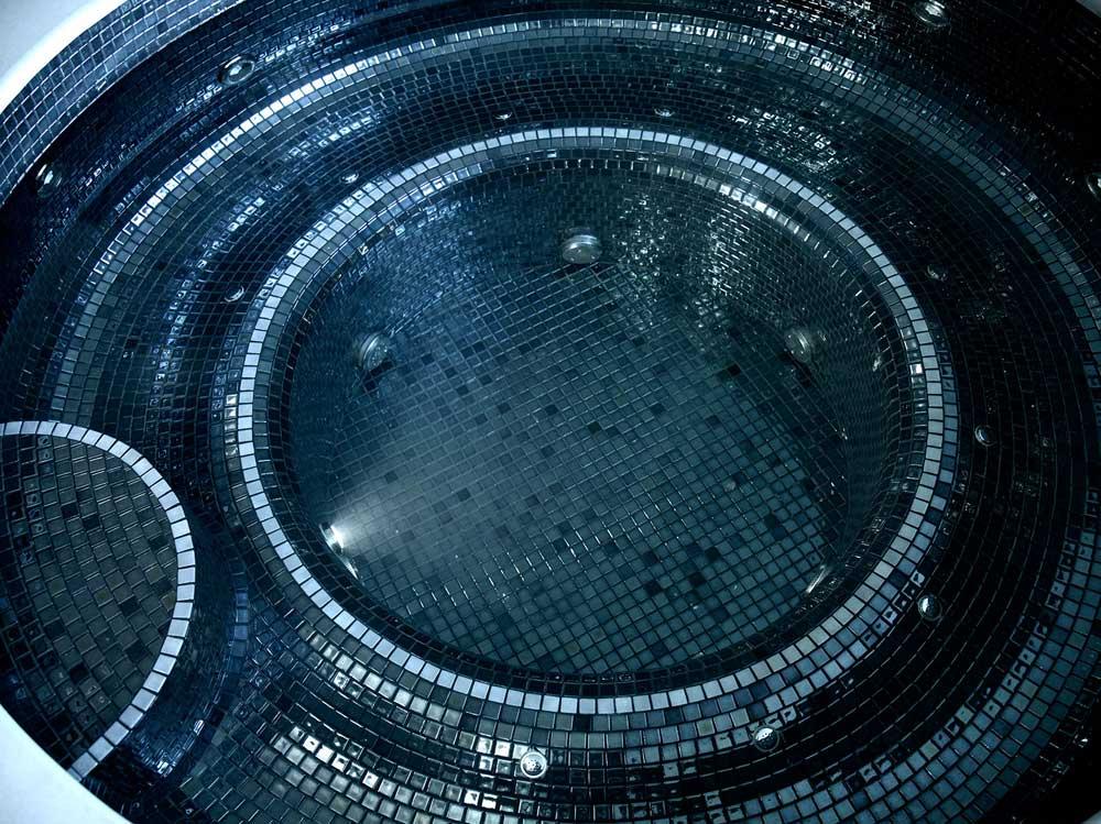 Глянцевая мозаика Lava Metal черного цвета производства Ezarri для термальных джакуззи.