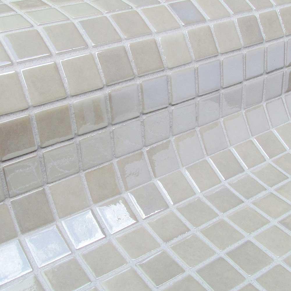 Глянцевая мозаика Nickel Metal белого цвета производства Ezarri.