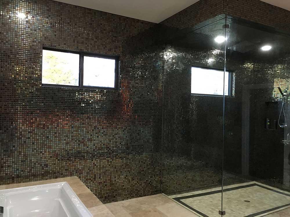 Глянцевая мозаика Oxido Metal металлического цвета фабрики Ezarri для любых ванных комнат и душевых.
