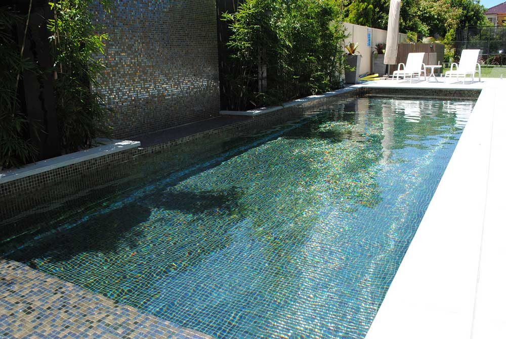 Глянцевая мозаика Oxido Metal металлического цвета фабрики Ezarri красива в бассейновой чаше.