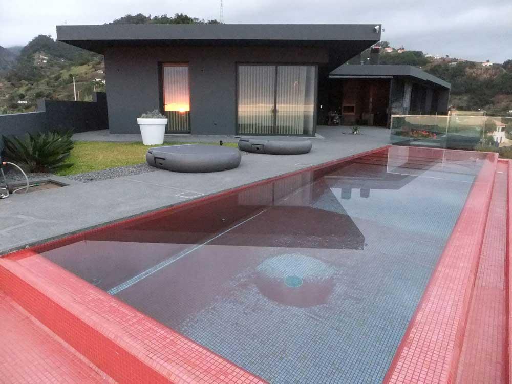 Как Вам бассейн красного цвета облицован мозаикой Rubi Metal производства Ezarri?