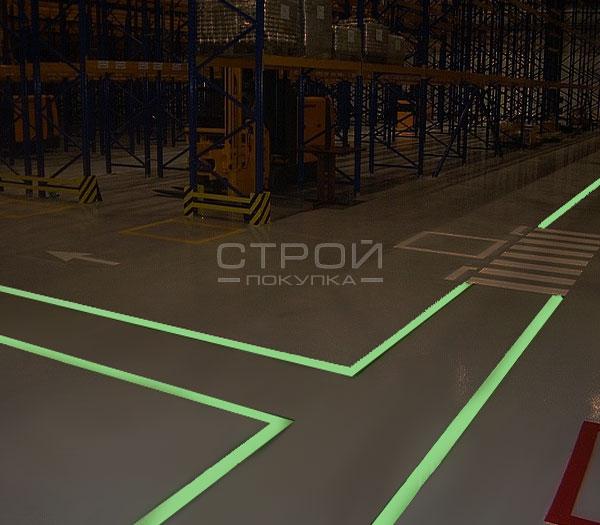 Светящаяся самоклеющаяся лента на складе.