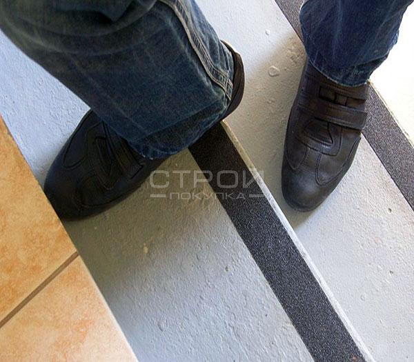 Самоклеющаяся противоскользящая абразивная лента на бетонных ступенях лестницы