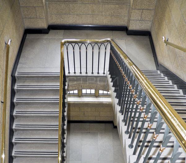 Черные противоскользящие полосы на лестнице