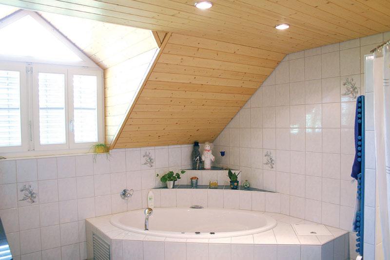 Обработка деревянного потолка в ванной комнате пропиткой от плесени для дерева.