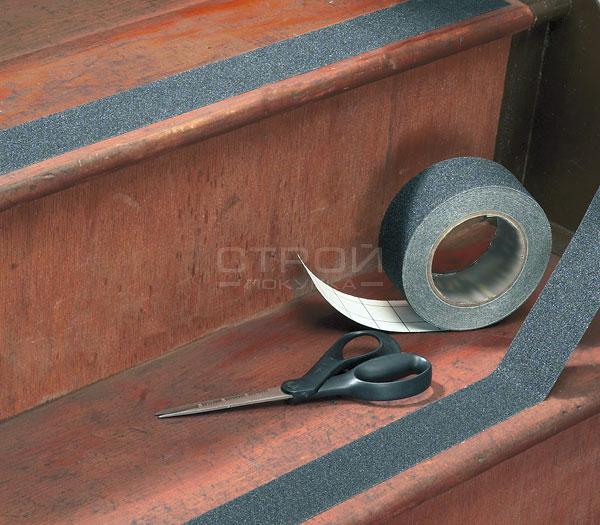 Наклеивание ленты Mehlhose на ступени лестниц