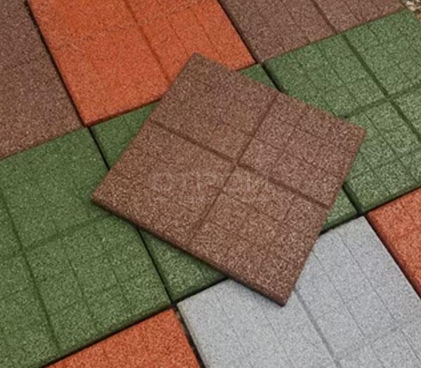 Тротуарная плитка из резиновой крошки с текстурой сетка.