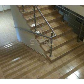 Прозрачная противоскользящая лента на ступенях лестницы