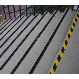 Желто-черная противоскользящая лента обозначает начало и конец лестницы