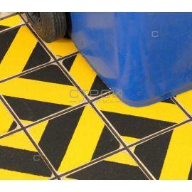 Скользкая плитка обклеена желто-черной противоскользящей лентой