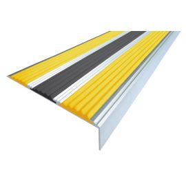 Алюминиевый угол для ступеней Next АНУ98-3 с двумя желтыми сигнальными и черной вставкой.